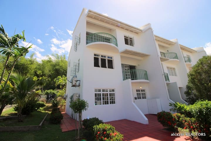 Prime Location - Beautiful La Reine Townhouse