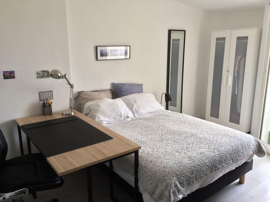 Chambre à coucher donnant sur un balcon avec vue sur Bordeaux