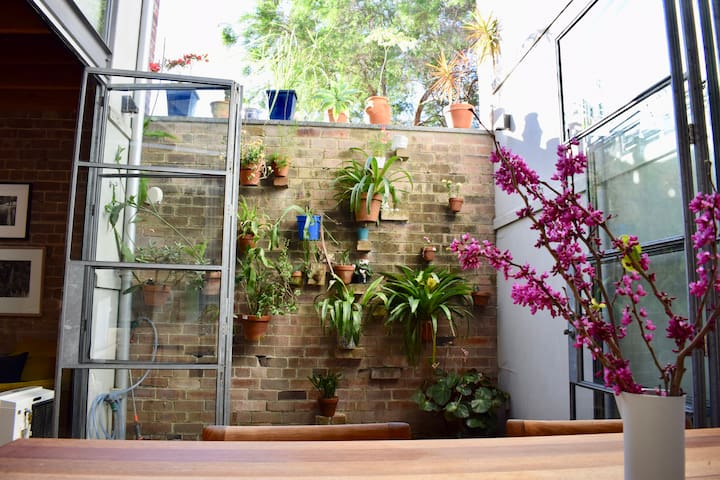 Design Oasis  in Newtown Close to Centre