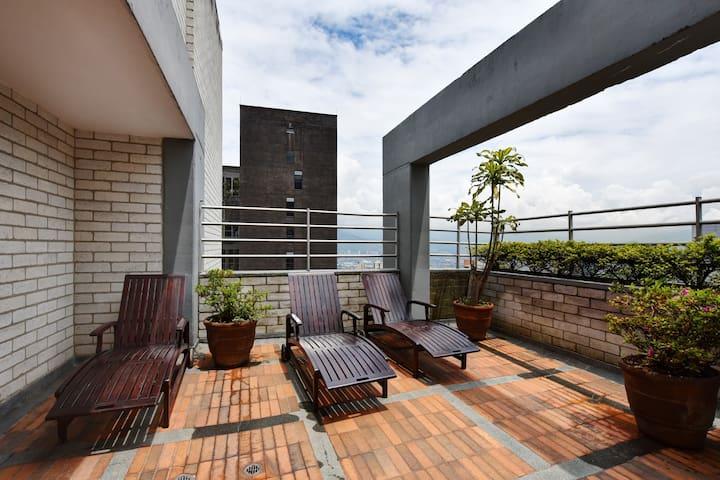 Stunning view from the rooftop  Maravillosa vista desde el area social