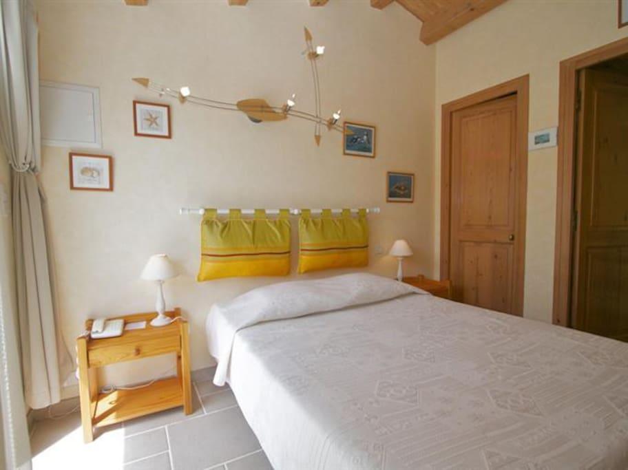 chambre acacia le clos rh a ile de r st martin chambres d 39 h tes louer saint martin de r. Black Bedroom Furniture Sets. Home Design Ideas