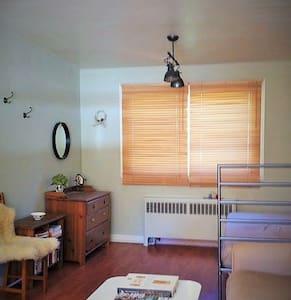 Cozy montreal guest room - Montréal