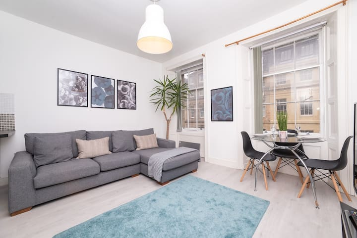 2 Bed Flat in Heart of City centre, Sleeps 5, New