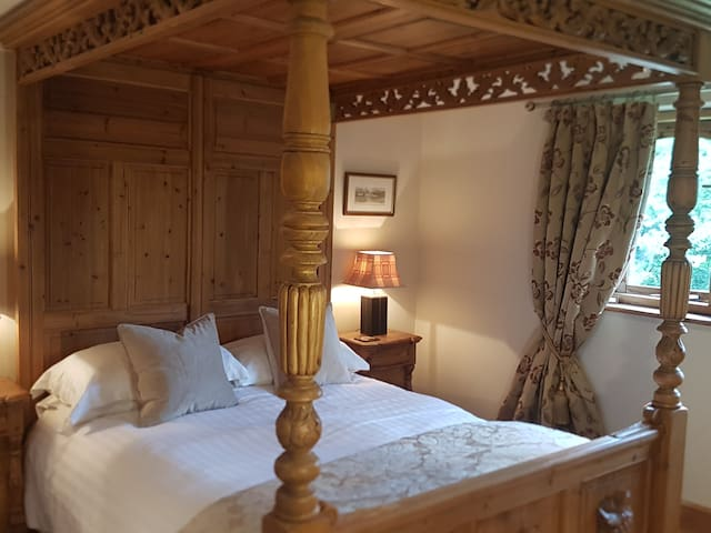 Comfortable Double Room in Picturesque B&B