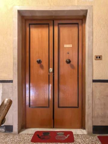 Porta d'ingresso dell'appartamento