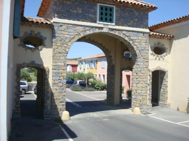 CHAMBRE AVEC BALCON  , PRIVEE , AU CALME - Saint-Clément-de-Rivière - Haus