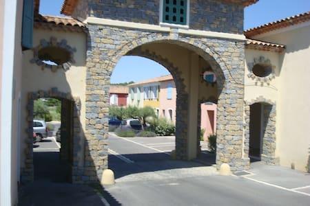 CHAMBRE AVEC BALCON  , PRIVEE , AU CALME - Saint-Clément-de-Rivière