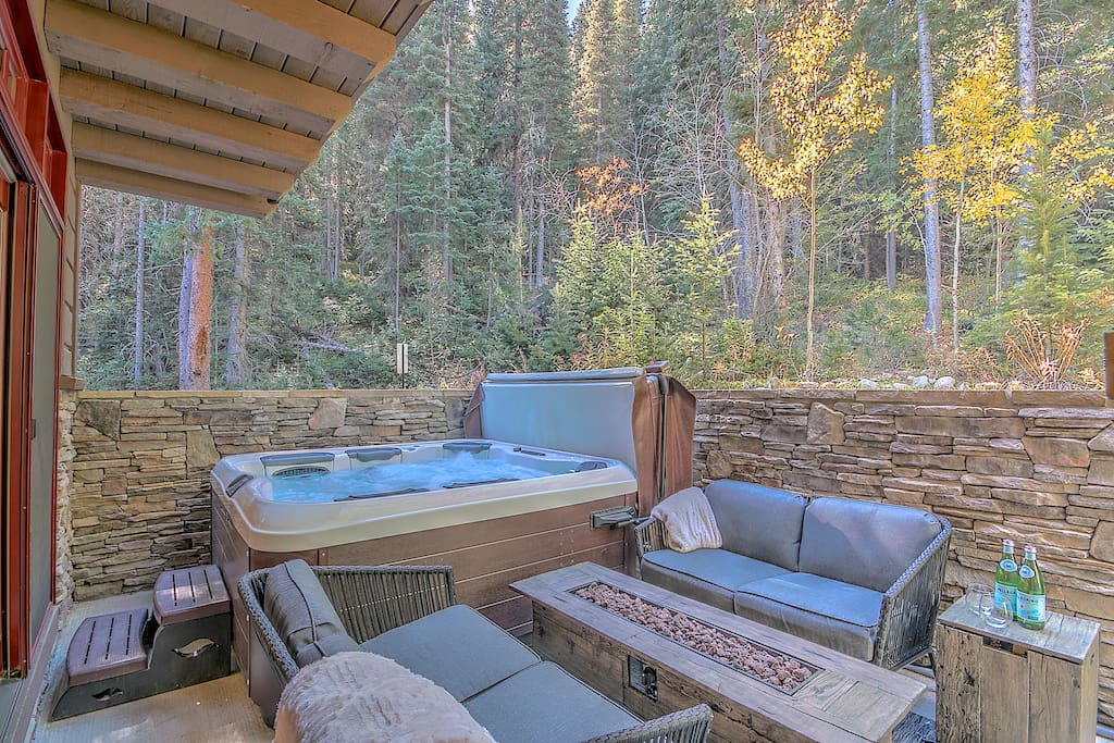 Ahhh... clean, bubbling, giant hot tub. Privacy, music, firepit, VIEW!