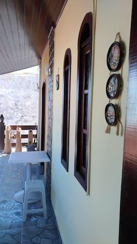 Varanda da entrada da casa vista da cozinha.