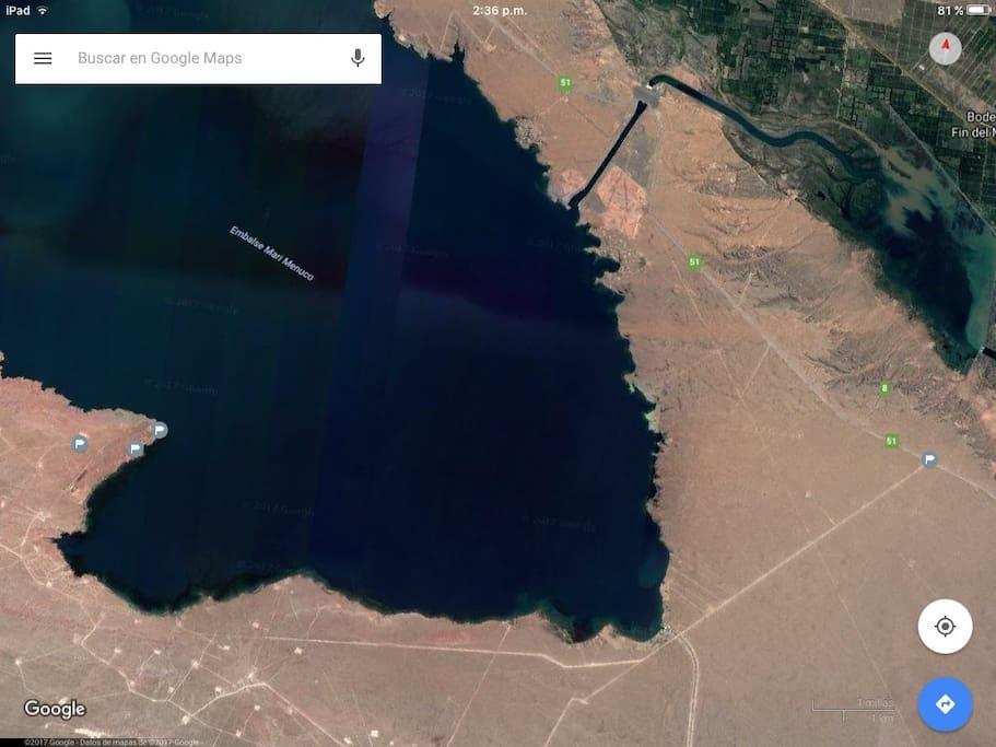 """Imagen satelital. La banderita de su derecha indica el lugar donde se ubica le cartel de """"La Península"""" y """"Bahía de playa""""."""