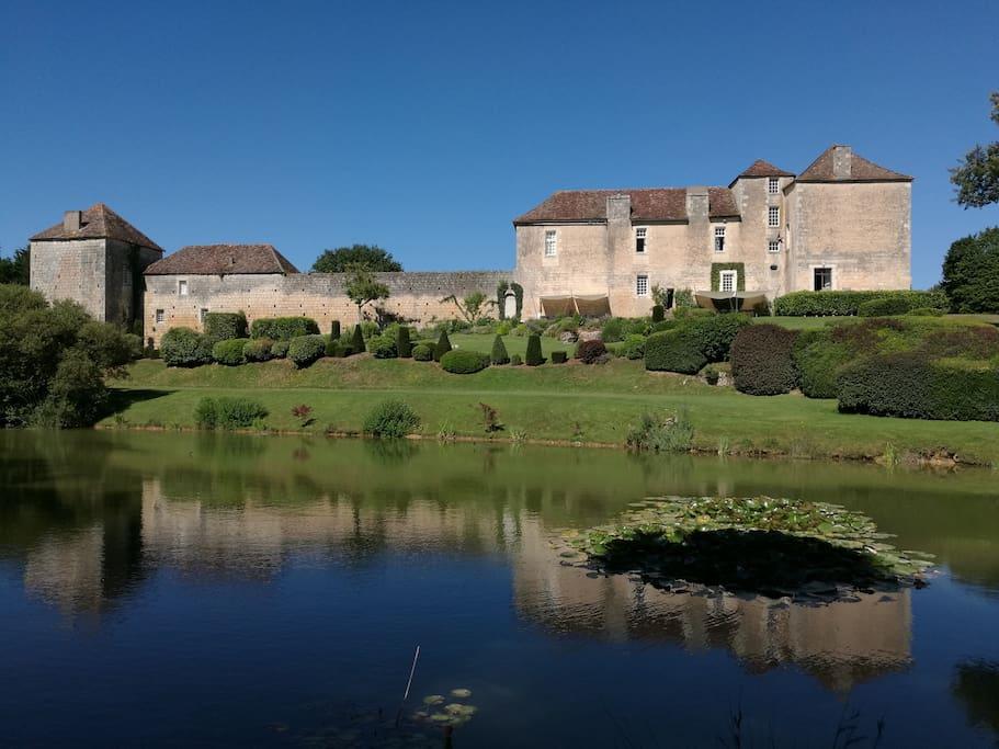 Château des Meurs depuis l'étang