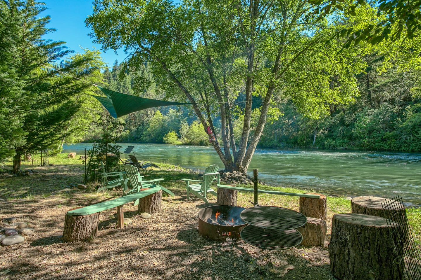 Fire Pit right on the river perfect for cookouts, people watching, or just relaxing......