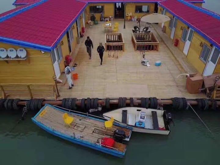 鱼骨沙洲海上岸边鱼排无敌海景日落房包场海鲜烧烤派对,散订请点头像,接小团体烧烤晚会。带大排档可点菜。