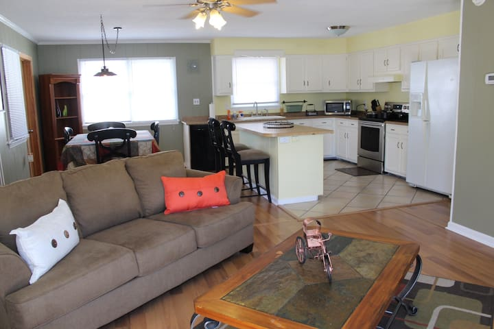 Pet Friendly 3 Bedroom Upstair Apt MP6.5 OBX Beach