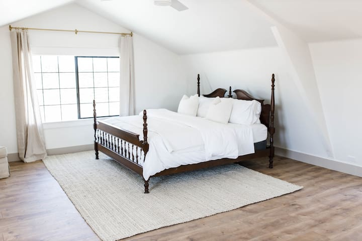 Relax in the comfortable king bed while enjoying vineyard views!