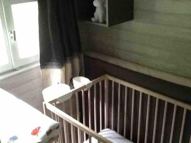 Chambre 2,  attenante à la chambre 1. Elle est, sur cette photo en version chambre bébé