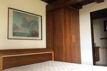 Suite 2 , no pavimento térreo porém com ampla janela no quarto e janelas no BWC.