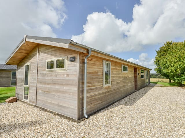 6 HORIZON VIEW, family friendly, with hot tub in Dobwalls, Ref 988003