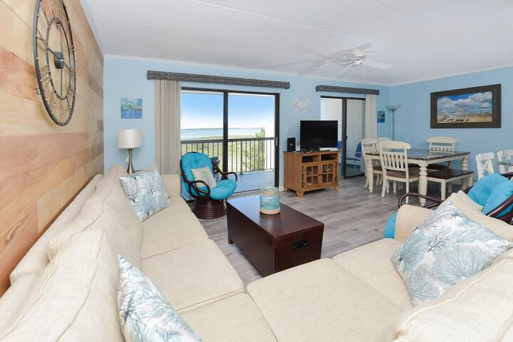 433- Lovely condo with outdoor pool and just short walk to the beach