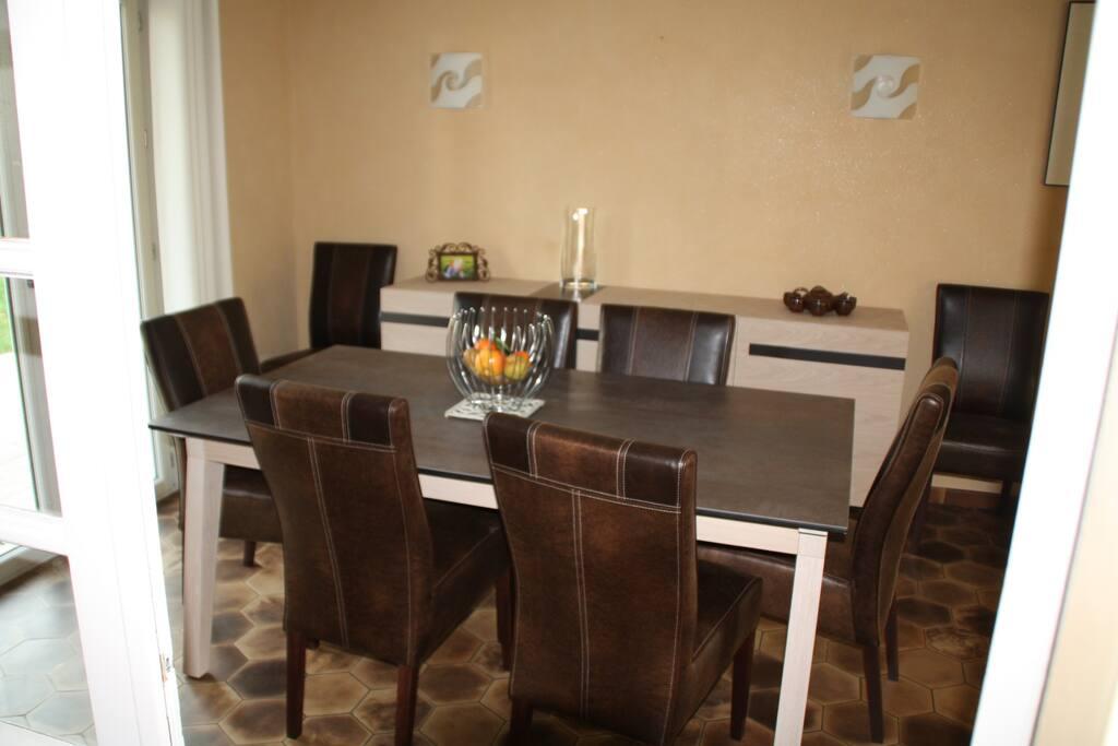 Une salle à manger qui accueille facilement 8 personnes