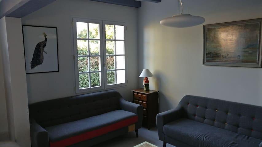 Salon avec télévision et poêle à granulé, très agréable l'hiver
