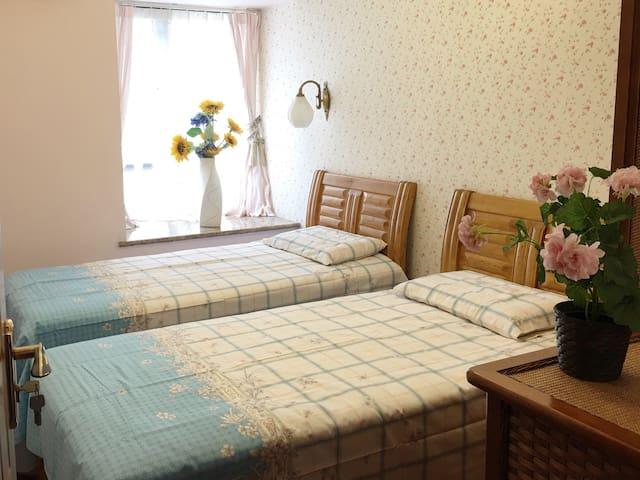 客房:两张100X200单人床,可移动拼接成大床;有门有锁