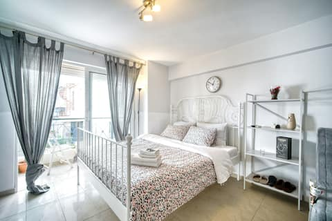 Sunny cozy apartment near Acropolis & Kalimarmaro