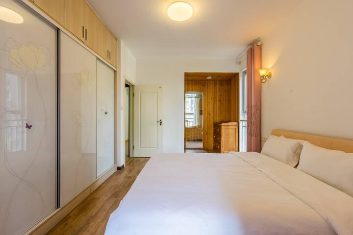 主卧,1.8*2米超大双人床,乳胶床垫,五星级标准的全棉贡缎床品---舒适睡眠的保障,另有多功能沙发可收费加床