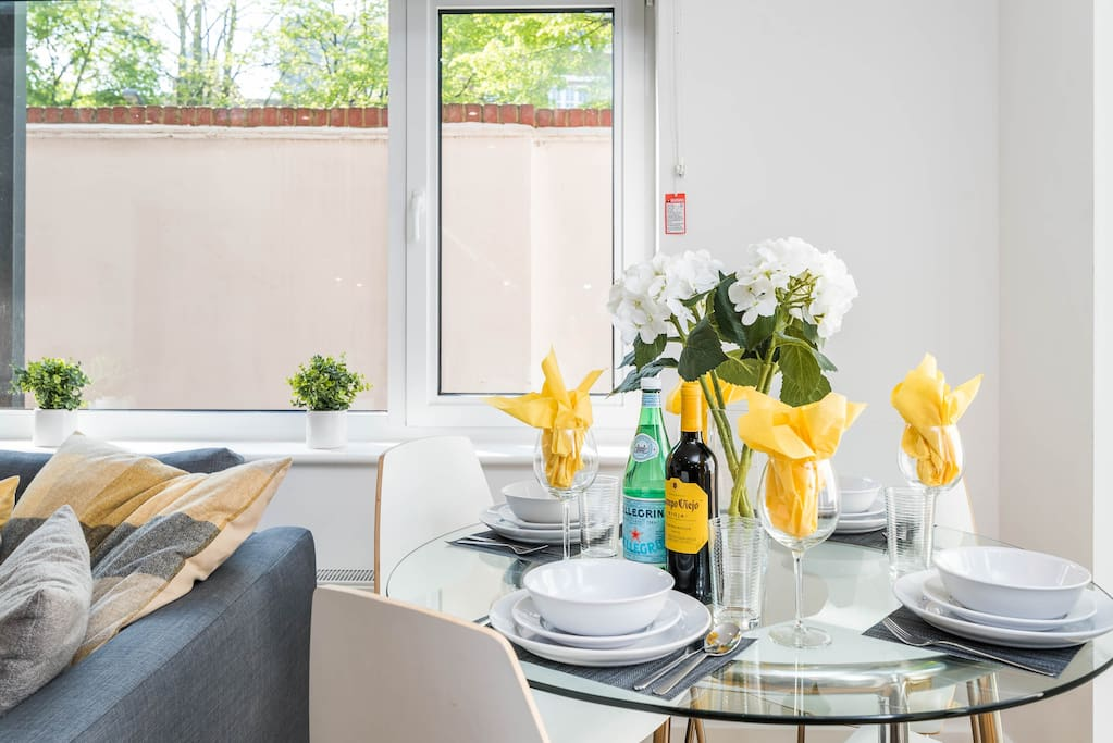 2 Bed, 2 Bathroom in Zone 1 London with BBQ Patio!