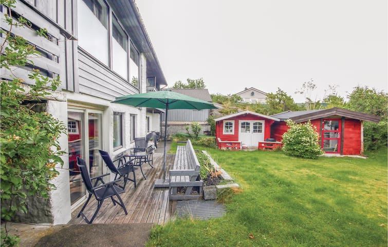 Holiday apartment with 3 bedrooms on 80 m² in Skogsvåg