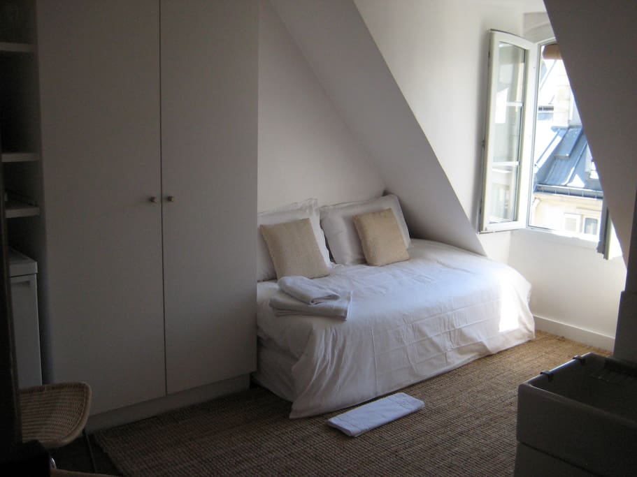 5th heaven quartier latin studio guesthouse for rent in for Chambre de bonne paris rent