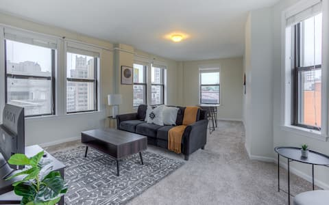 Bright 1 BR Apt Close to Everything Downtown