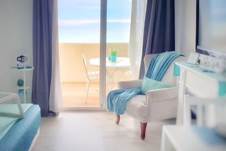 NUEVO! ESTUDIO EN BENALBEACH. VISTAS AL MAR Y WIFI