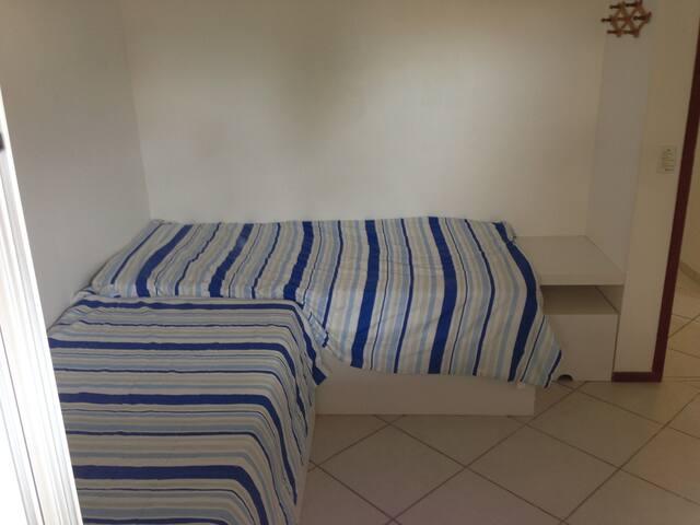 Quarto com 01 cama + 01 bi cama + Armário 4 portas, ar e vent