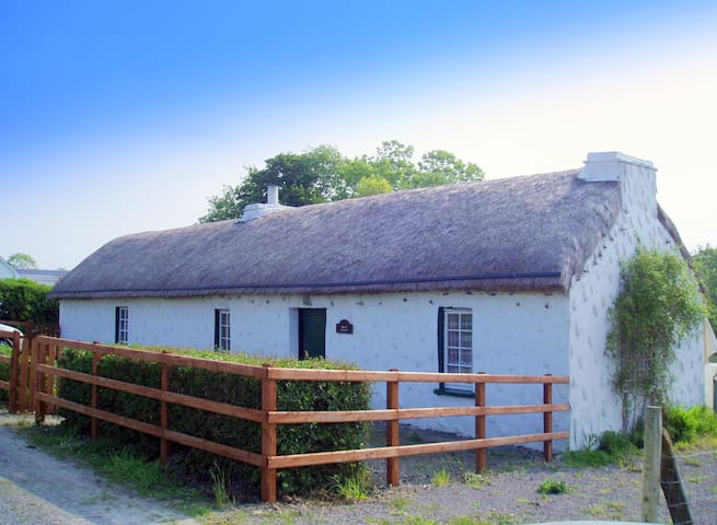 THATCHED COTTAGE  SW DONEGAL COAST Bikes and WIFI - Dunkineely - House
