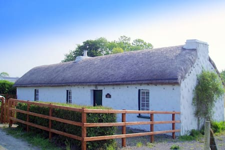 THATCHED COTTAGE  SW DONEGAL COAST Bikes and WIFI - Dunkineely