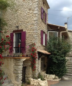 Petite Maison de charme au cœur du village - Mévouillon - Таунхаус