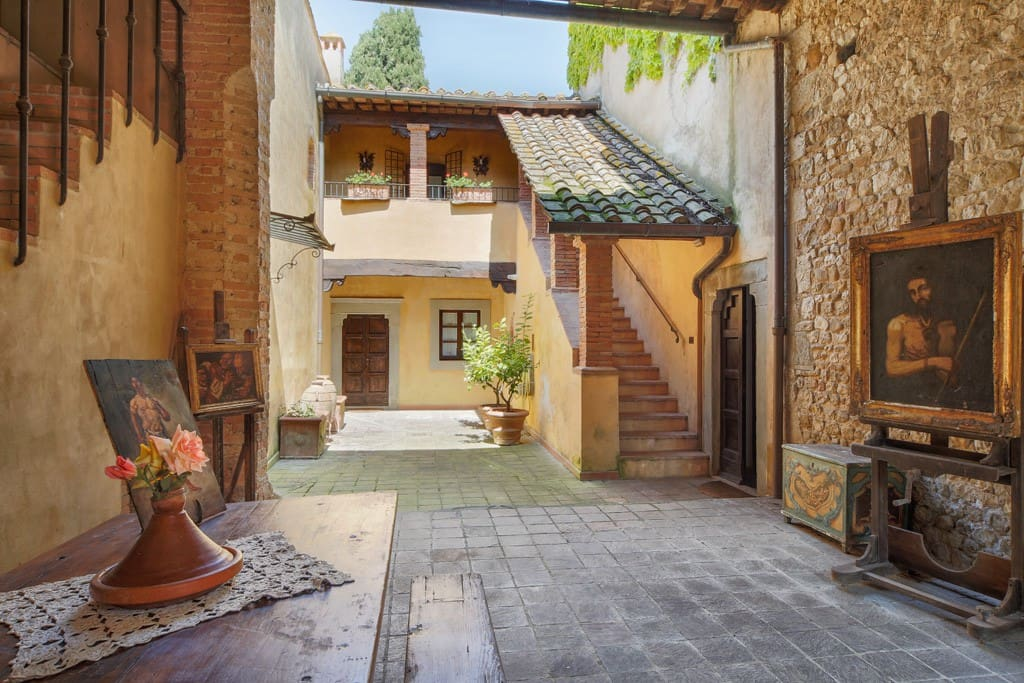 The shady courtyard with access to the apartment