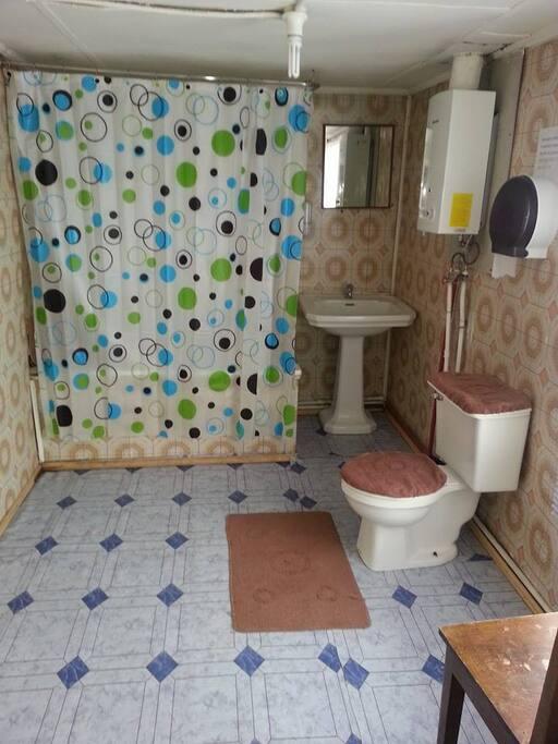 baños amplios con agua caliente las 24 hrs