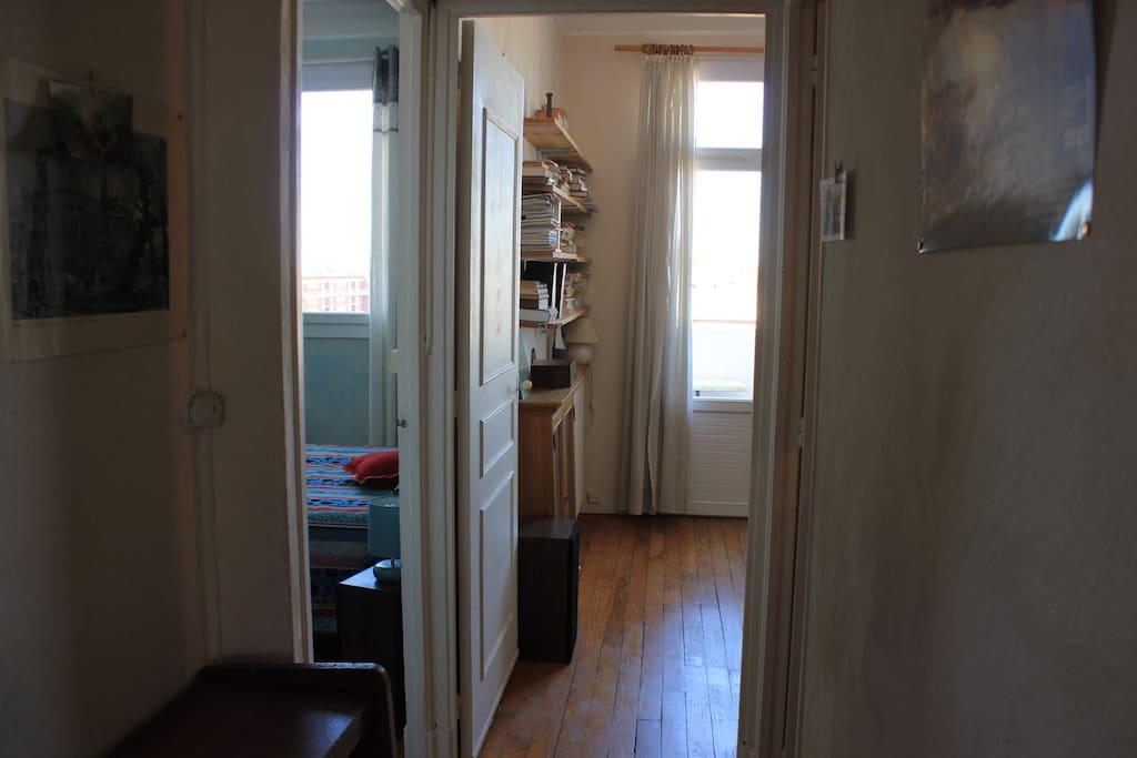 A gauche, la chambre (grand lit 2 places). A droite, la chambre-bureau (canapé-lit 2 places).