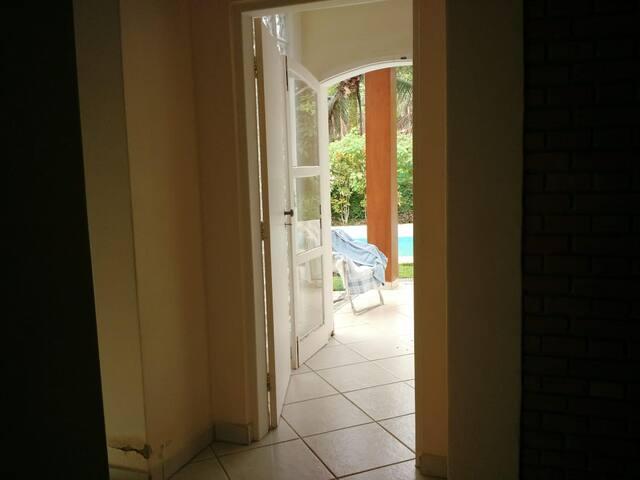 Ampla casa com extenso jardim e piscina.