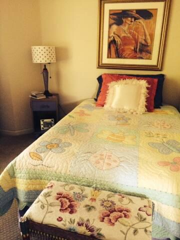 Private Bedroom in Adorable Condo - Danville