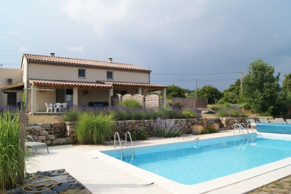 Villa avec piscine sud ard che houses for rent in for Villa piscine sud france