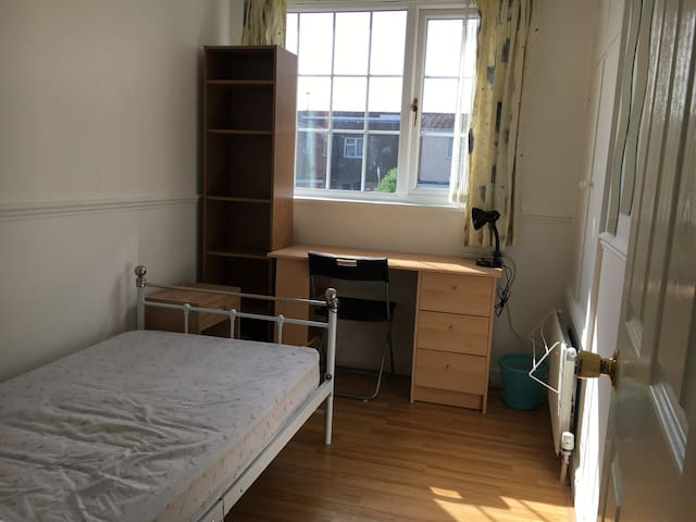 Single room near Great Western Hospital Swindon