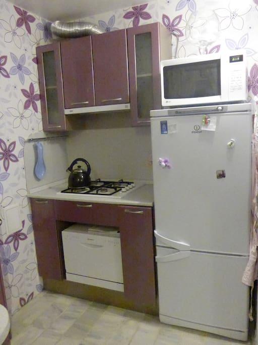 Холодильник, газовая плита, посудомоечная машина, микроволновая печь.