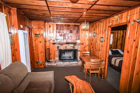 Little Pines~Romantic & Cozy Couple's Cabin~Walk To Lake~Fireplace~Full Kitchen~ - Lac Big Bear