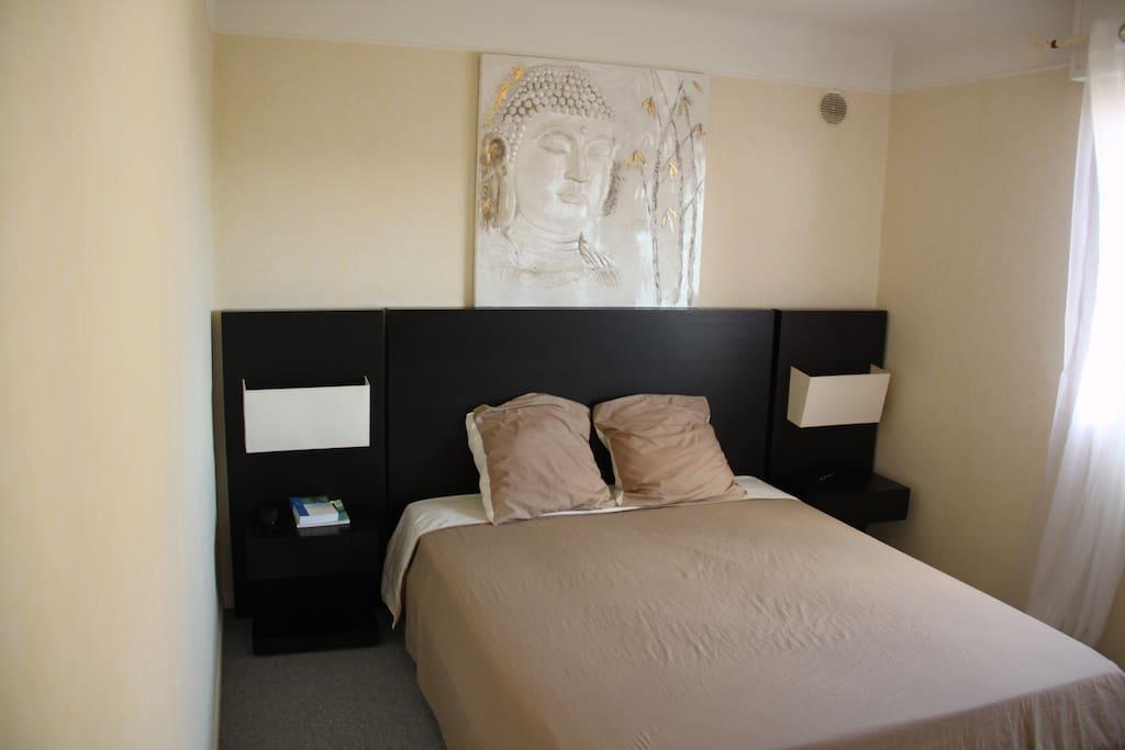 La chambre principale avec le grand lit 2 places