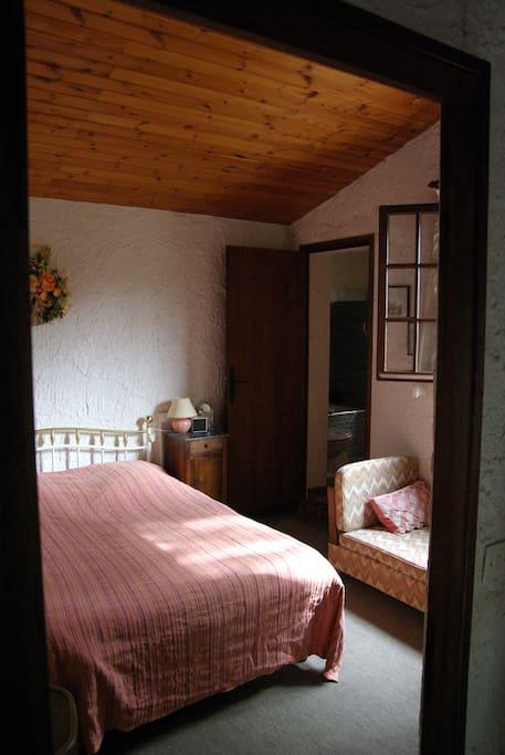 Chambre parentale avec salle de bain privé et WC