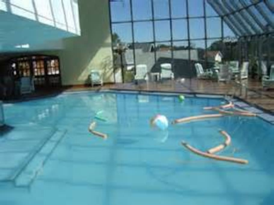 Total infra-estrutura, com piscina aquecida, sauna seca e vapor, ofurô (cobrado a parte), hidromassagem,  quadras de tênis, poliesportiva, squash, playground e sala de ginástica.