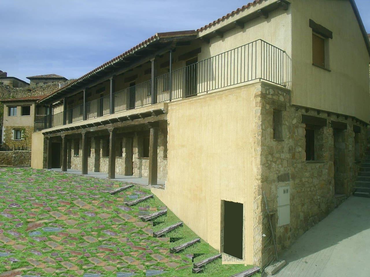 Fachada principal con porche y galería medievales.